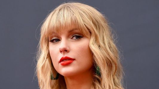 "Taylor Swift célèbre Noël avec son nouveau single ""Christmas Tree Farm"""