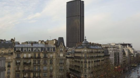 France : un touriste interpellé après avoir escaladé la Tour Montparnasse à Paris